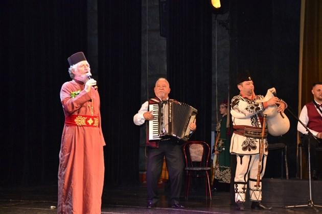 Енорийският свещеник на Кърджали отец Петър Гарена представи албум с 11 народни български, турски и ромски песни. Снимки: Авторът