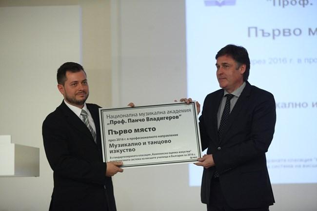 Христин Стрижлев от борда на Медийна група България връчи наградата на Музикалната академия. тя бе представена от шефа на учебния отдел Мариян Георгиев.