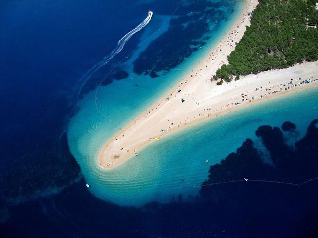 Плажът Златни Рат на остров Брач