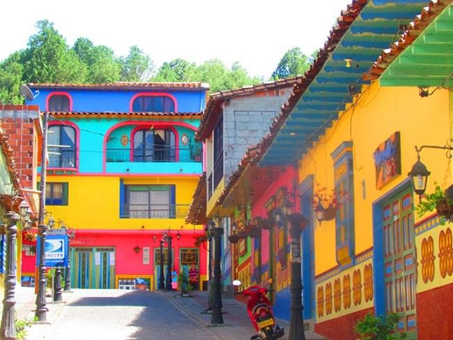 В Колумбия ще откриете малки исторически градчета със сгради, боядисани в неповторим стил.