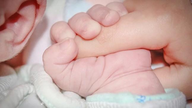 Бебе на 30 часа е диагностицирано с коронавирус - най-младият заболял