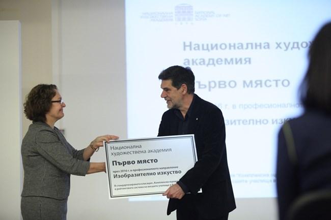 Румяна Коларова, секретар на президента по образованието, връчи наградата на ректора на Националната художествена академия проф. Николай Драчев.