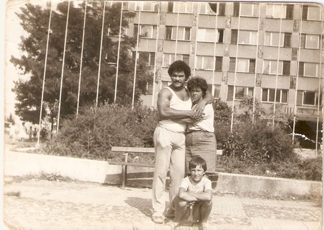 Хулио с Елена и дъщеря  Даниела  малко преди изгонването му от България. Елена вече е бременна с общото им дете.