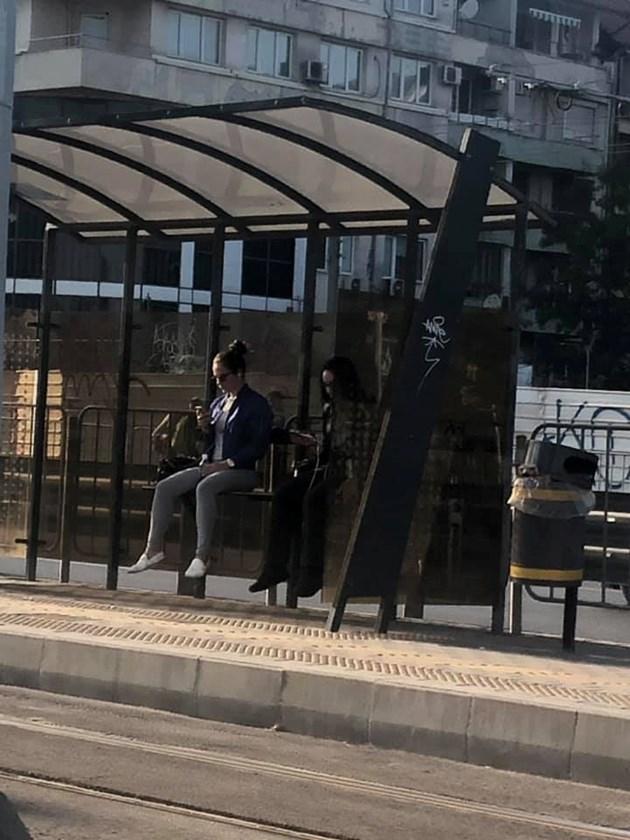 Пейка на трамвайна спирка мъчи пътници