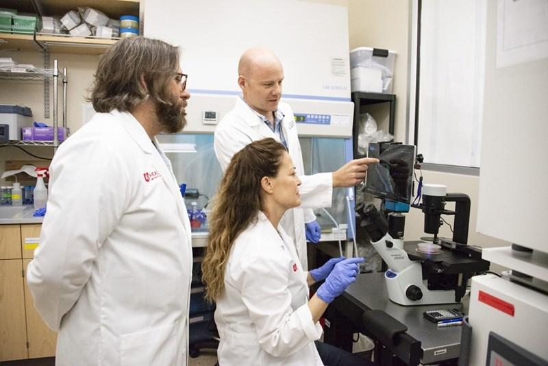 Екип учени от Университета на Юта начело с проф. Бенджамин Спайк (вляво) разработи наскоро първата подробна молекулярна карта, която ще помогне на изследователите да установят как точно се образуват туморите на гърдата.