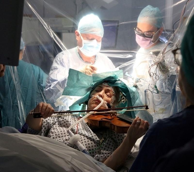 Музикантката свири, докато я оперират.