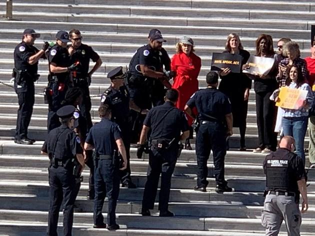 Арестуваха Джейн Фонда на протеста за климата с Грета Тунберг