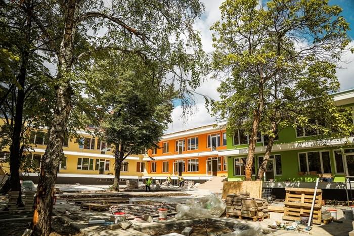 "На финала е строителството на нова детска градина в район ""Студентски"" на мястото на стара етернитова сграда. СНИМКИ: АДЕЛИНА АНГЕЛОВА"