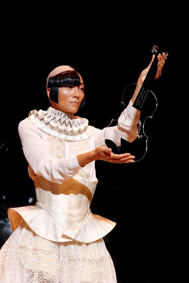 Жаклин Лара бе в централната роля в шоуто на Gogen в Лондон и с най-блестящата рокля, сътворена от Донев