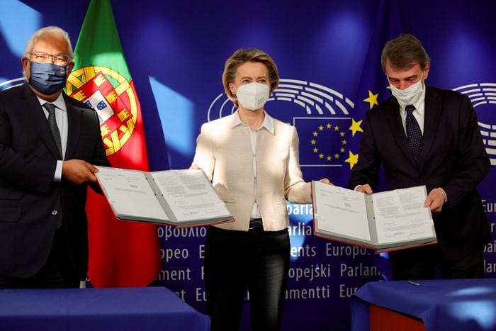 Шефката на Еврокомисията Урсула фон дер Лайен (в средата) присъства на подписването на споразумението за бюджета между ЕП и Съвета на ЕС. Подписи под документа поставиха председателят на ЕП Давид Сасоли (вдясно) и португалският премиер Антониу Коща, чиято страна е ротационен председател на Съвета на ЕС.