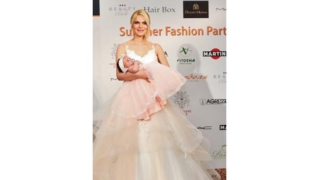 Миска дефилира с бебе