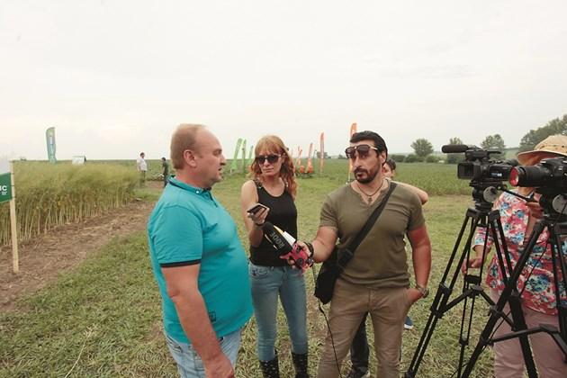 Ваня Велинска  разговаря с Пламен Пенчев, земеделски производител от Бяла Слатина СНИМКА: Андрей БЕЛОКОНСКИ
