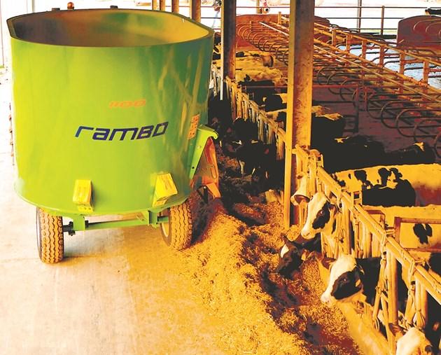 Прикаченият вертикален миксер Rambo 1100 за по-малки ферми е с вместимост 10 м3