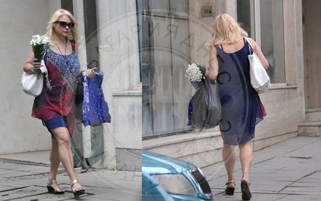Ани Михайлова на разходка с букет