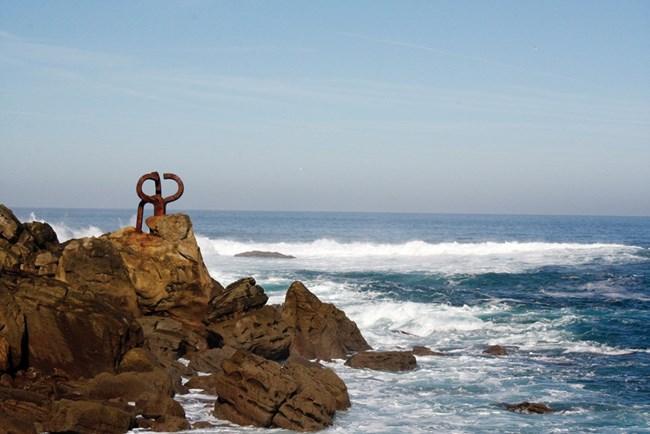 """Скулптурната композиция """"Гребенът на вятъра"""" се намира в поджожието на хълма Игелдо."""