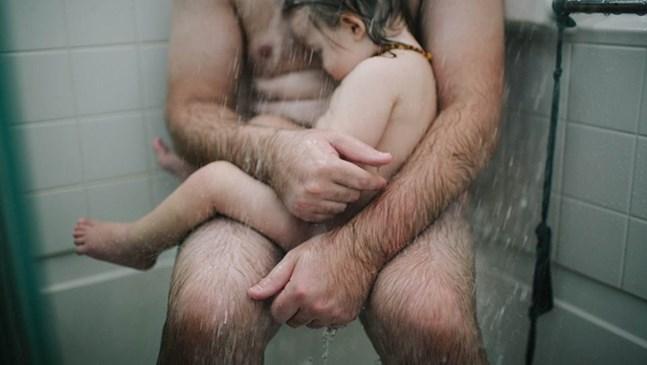 Снимката на този баща, който успокоява своя син, показа как изглежда безусловната любов