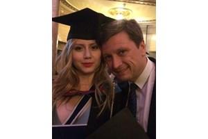 Павел Станчев с дъщеря си Дара на дипломирането й в Лондон