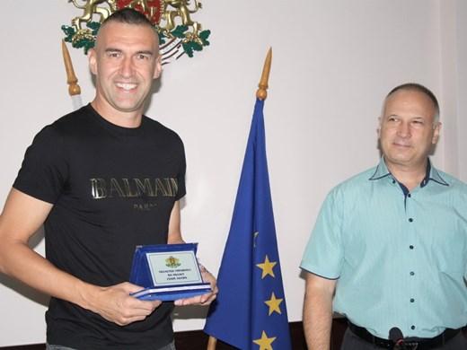 Голмайсторът Мартин Камбуров с почетния знак на областния управител на Стара Загора