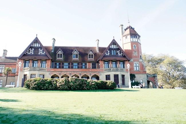 """Дворецът """"Мирамар"""" е построен под ръководството на английския архитект Селдън Уорнъм, на когото дължи британския си стил."""