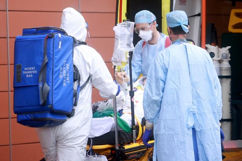 Медици докарват с линейка пациент с коронавирус в болница в Лондон.