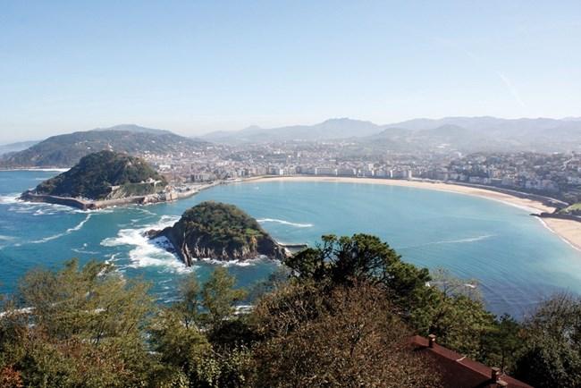 Изглед към плажа Ла Конча от върха на хълма Игелдо