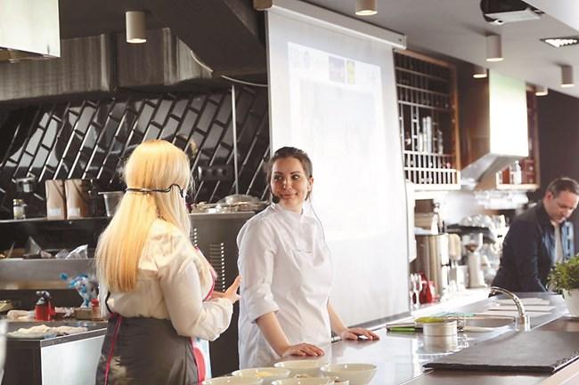 """Три години след напускането ми отново ми предложиха да съм сладкар в лондонския хотел """"Савой"""", казва жената, която преди 10-ина години започва да пише кулинарен блог, без да има професионално образование"""