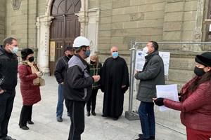 Кметът Димитър Николов обсъжда със специалисти и свещеници възстановителните дейности по фасадата на емблематичната сграда.