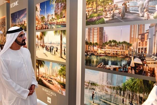 Мохамед бин Рашид ал-Мактум разглежда плановете на комплекса