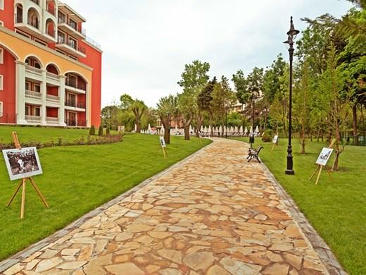 """Хотел """"Феста Виа Понтика"""" с  нови 176 стаи и уникален жест към туристите - историята  на Поморие във фотографии  сред вековната градина"""