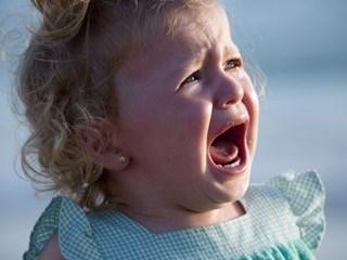 Какво се случва в главата на дете, което се тръшка на обществено място