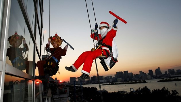 Дядо Коледа чисти прозорците на небостъргач
