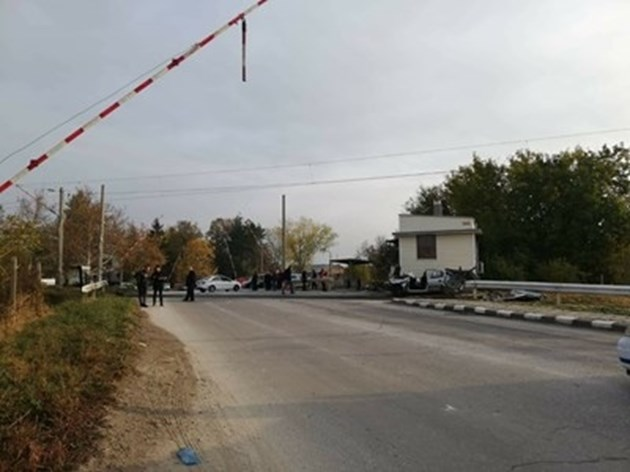 Уволняват пияния кантонер, предизвикал катастрофа между влак и кола край Асеновград
