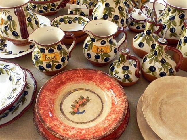Позитано е прочут  и с шарените си керамики, дело на местни занаятчии.