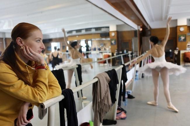 """Марта Петкова наблюдава репетиционния процес за съботното представление на """"Лебедово езеро"""". Самата тя роди през 2008 г. и публиката тогава дори не забеляза отсъствието  от сцената, защото съвпадна с ремонт на операта."""