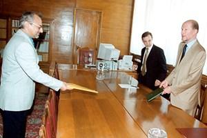 Николай Василев придружава царя по време на консултациите с Ахмед Доган и ДПС за съставяне на правителство през юли 2001 г.