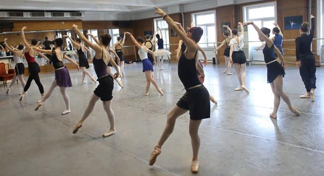 Няма рецепта как и кога една балерина да се върне на работа след раждане. В трупата на Софийската опера има две балерини с по три деца.  СНИМКИ: НИКОЛАЙ ЛИТОВ