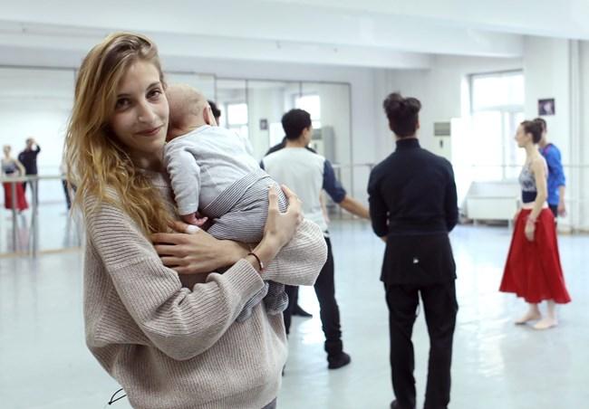 Шарлот Берар идва вече често да види колегите си в  операта. Тримесечният й син Ноа-Михаил е внук на световноизвестния български жимописец Михаил Камберов.  СНИМКА: НИКОЛАЙ ЛИТОВ