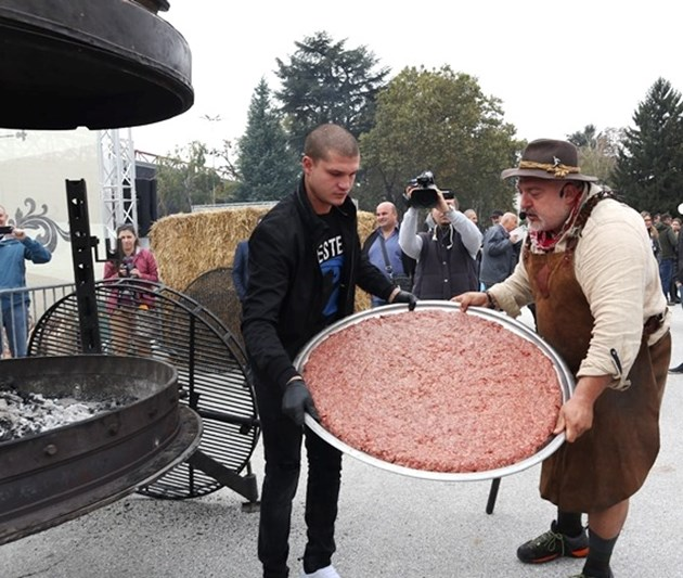 """50 кг бургер за """"Гинес"""" прави Ути"""