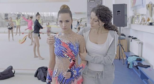 Продуцентката Саня Армутлиева играе майка на главната героиня в лентата.