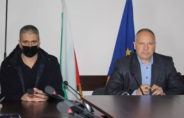 Областният управител на Стара Загора Иван Чолаков /вдясно/ и директорът на РЗИ д-р Станимир Станков участваха в заседанието на Областния медицински съвет.