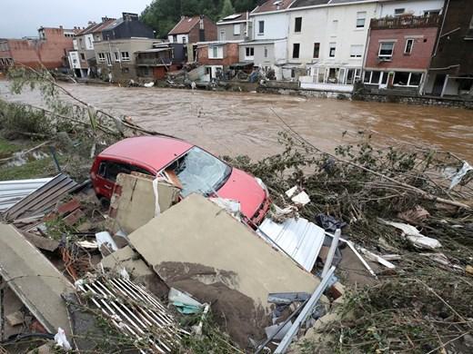 Над 300 жертви на наводненията в Китай