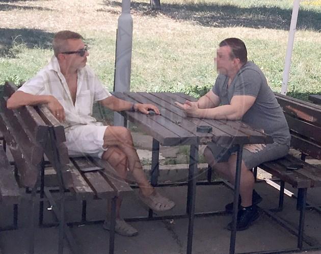 Крум Савов на празна маса с приятел