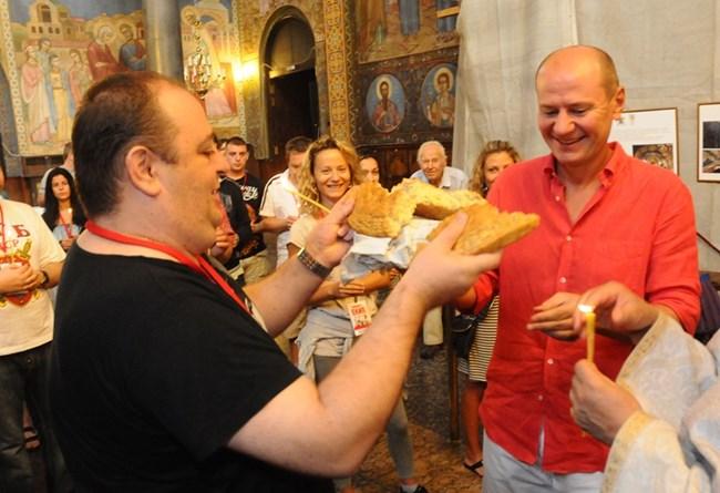 """11 август 2012 г. """"Комиците"""" тръгват на турне, а Любо Нейков и Евтим Милошев разчупват питата в църквата, където са били за благословия"""