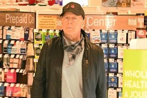 Снимката на разхождащия се без маска Брус Уилис бързо обиколи социалните мрежи и той попадна под обстрела на много хора.