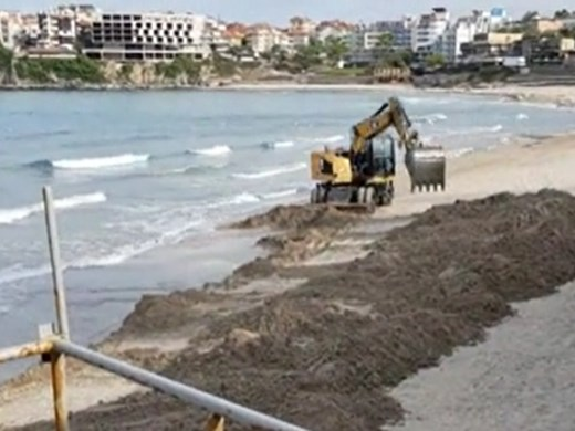Жители на Созопол сигнализират за багер на Централния плаж