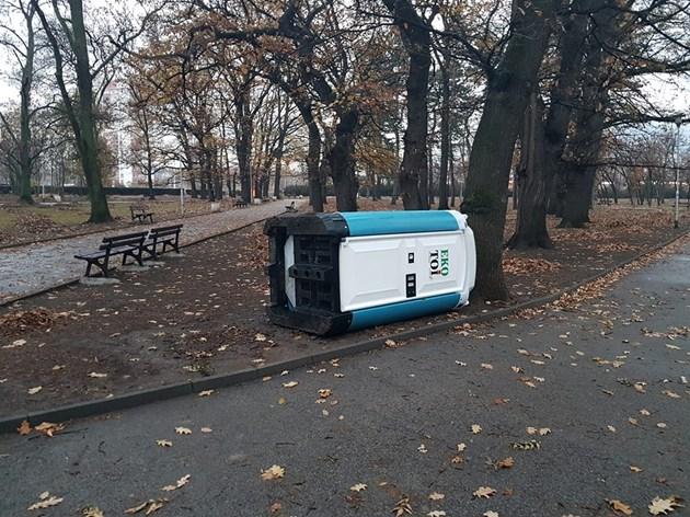 Хулигани чупят и рушат в София