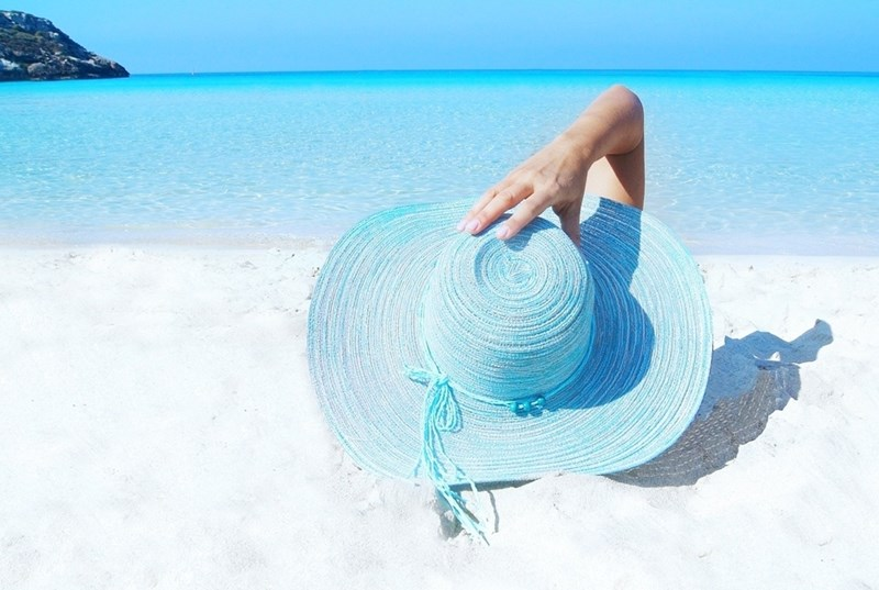 Шапка, фотозащитна козметика и умерено излагане на слънце според типа кожа намаляват риска от бръчки и кожни мутации.