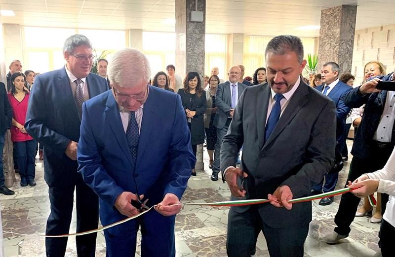 Министър Кирил Ананиев и кметът д-р Иван Иванов прерязаха лентата на реновираното детско отделение