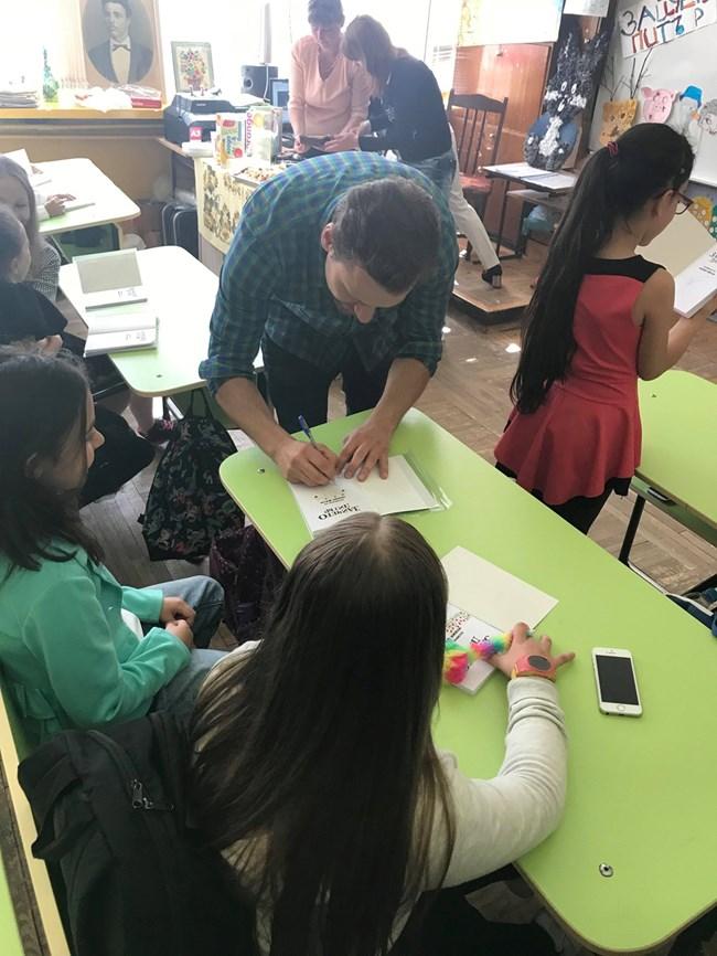 Орлин раздава автографи на децата