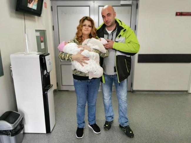 """Пенка и мъжът й заедно с новородените / Снимка: УСБАЛАГ """"Селена"""""""